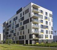 有低成本小型公寓的现代模件房子 免版税库存图片