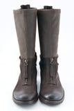有低脚跟的妇女的棕色皮靴 库存图片
