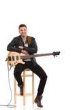 有低音吉他的男性吉他弹奏者。 免版税库存照片