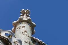 有住处Batllo的十字架的烟囱由安东尼Gaudi设计了我 免版税库存图片