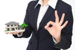 有住房模型的妇女 库存照片