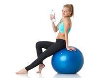 有体操球的运动的妇女 免版税图库摄影