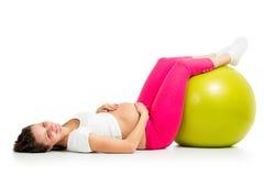 有体操适合球的孕妇 库存图片