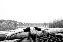 有体育性感的形象的女孩在镇静秋天河背景  瑜伽,凝思,放松 免版税图库摄影