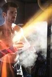有体育白垩的运动员拍的手 免版税图库摄影