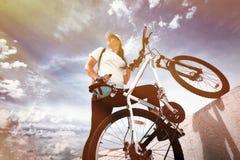有体育自行车的美丽的女孩 免版税库存图片