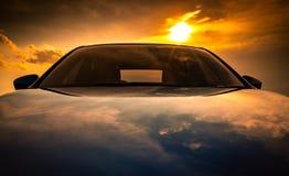 有体育,现代和豪华设计的蓝色协定SUV汽车在混凝土路停放了由海在日落 正面图美丽 免版税库存照片