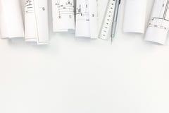 有体系结构计划、技工铅笔和统治者的劳斯在whi 免版税库存照片