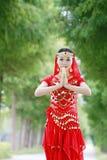 有佛教姿态的亚裔中国秀丽肚皮舞表演者  免版税库存图片