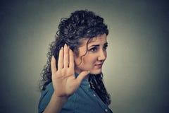 有作报告的坏态度的懊恼恼怒的妇女手势 免版税库存图片