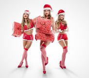 有佩带圣诞老人的电话的美丽的性感的女孩穿衣 图库摄影