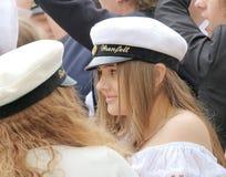 有佩带的毕业盖帽庆祝的愉快的十几岁的女孩 免版税图库摄影