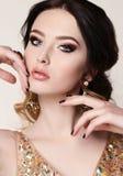 有佩带豪华衣服饰物之小金属片礼服和珠宝的黑发的妇女 库存图片