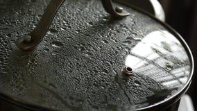 有使模糊的盒盖的平底锅 烹调可口家庭自创食谱的砂锅 4K 股票录像