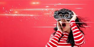 有使用一个虚拟现实耳机的妇女的数字式屏幕 免版税库存图片