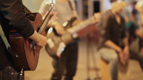 有使用为人的吉他的街道音乐家 股票视频