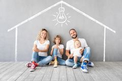 有使用入新的家的两个孩子的幸福家庭 免版税库存图片