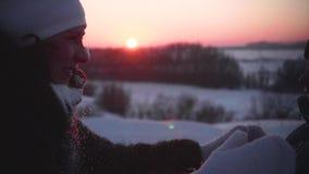 有使用在冬天公园的孩子的一个女孩 在新鲜空气的步行 日落 影视素材