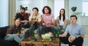 有使用在照相机前面的a PSP的卷发和大微笑的吸引人人,当他们的朋友时 股票录像