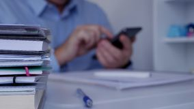 有使用手机通信的商人的模糊的照片内部办公室 股票录像