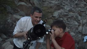 有使用望远镜的男孩的人 影视素材