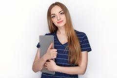 有使用的在白色背景隔绝的微小的典雅的笔记本计算机快乐的可爱的白种人白肤金发的妇女 库存照片
