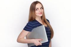 有使用的在白色背景隔绝的微小的典雅的笔记本计算机快乐的可爱的白种人白肤金发的妇女 免版税库存照片