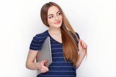 有使用的在白色背景隔绝的微小的典雅的笔记本计算机快乐的可爱的白种人白肤金发的妇女 免版税库存图片