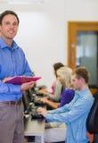 有使用计算机的学生的老师在计算机室 图库摄影