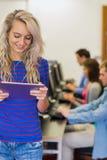 有使用计算机的学生的老师在计算机室 免版税库存图片