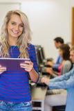 有使用计算机的学生的老师在计算机室 库存照片