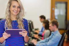 有使用计算机的学生的老师在计算机室 免版税库存照片