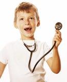 有使用象成人行业医生关闭微笑的听诊器的小逗人喜爱的男孩隔绝在白色 免版税库存照片