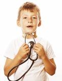有使用象成人行业医生关闭微笑的听诊器的小逗人喜爱的男孩隔绝在白色 免版税库存图片
