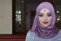 有使的蓝眼睛惊奇年轻回教妇女 免版税图库摄影
