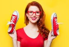 有侦探的微笑的红头发人女孩 库存图片