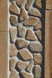 有侧壁石头的桑迪黄色石墙 库存图片