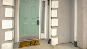 有侧灯的全景绿色大门在家门面被观看反对多云天空 免版税图库摄影