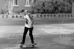 有便士滑板的小都市男孩 在Th的小孩骑马 图库摄影