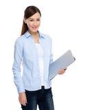 有便携式计算机的妇女举行 免版税库存照片