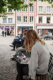 有便携式计算机的妇女在长凳 免版税图库摄影