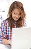 有便携式计算机的愉快的妇女 免版税图库摄影
