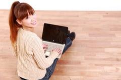 有便携式计算机的日本少妇在家 库存照片