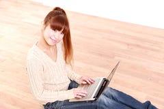 有便携式计算机的日本少妇在家 免版税库存图片