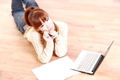 有便携式计算机的日本少妇考虑某事 免版税库存图片