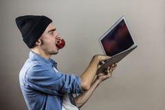 有便携式计算机的男性收养 免版税库存照片