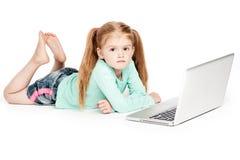 有便携式计算机的脾气坏的女孩 免版税图库摄影
