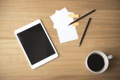 有便条纸和咖啡的片剂设备 库存照片