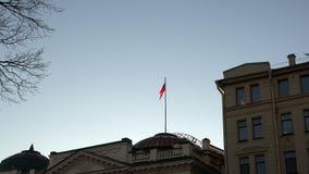有俄国状态旗子的轴在灰色正义大厦峰顶  股票录像