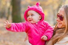 有保姆的可爱的女婴 图库摄影